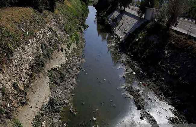 Detritus float on the Litani River, which flows into the artificial Qaraoun lake | Source: Gettyimages/JosephEid